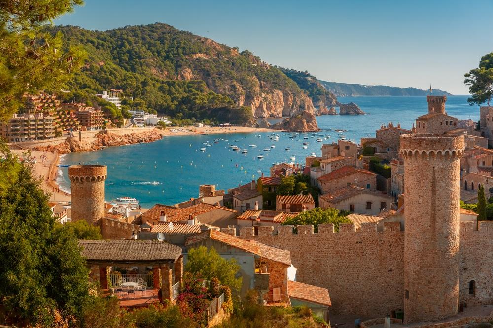 Uitzicht op Tossa de Mar en de azuurblauwe kust, Costa Brava.